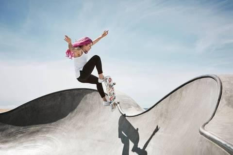 O cabelo rosa, a roupa mais ajustada e o uso de maquiagem já viraram marca registrada da skatista Leticia Bufoni
