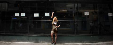 Sao Paulo, SP, Brasil. Filha do cantor Nelson Gonçalves, Lílian Goncalves e dona de todos os bares da rua Canuto do Va, posa em frente ao Coconut, um de seus bares. (Foto: Petala Lopes/ Folhapress, REVISTA)