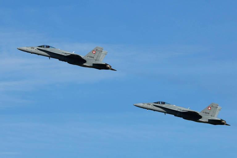 Dois caças F/A-18 Hornet da Força Aérea da Suíça em voo perto da base de Payerne