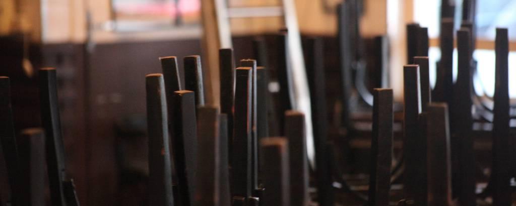 Tradicionais pontos de boemia, bares Filial e Genésio, na Vila Madalena, zona oeste de SP, podem ser vendidos; no Genésio, cadeiras sobre as mesas e portas fechadas desde o início da pandemia