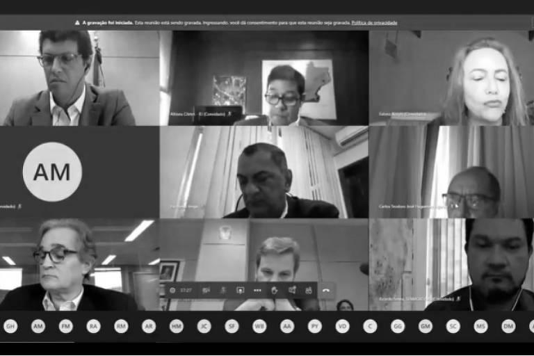 Tela de reunião virtual dividida em nove, com uma pessoa em cada espaço.