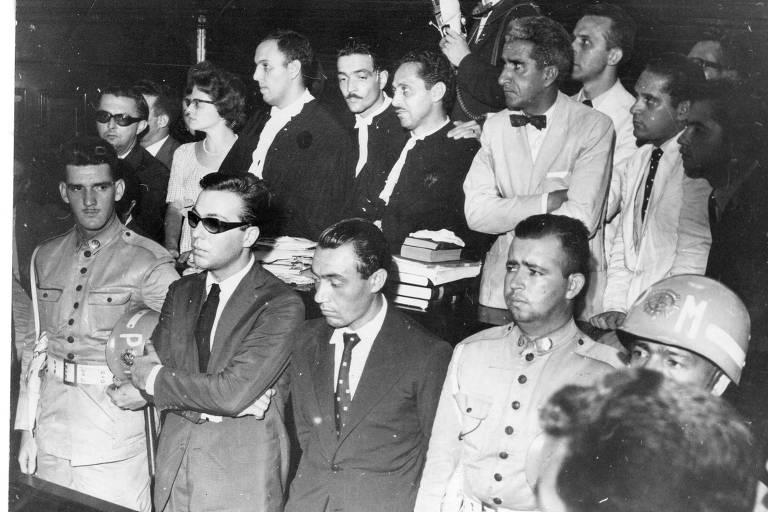 Os réus Ronaldo Guilherme de Souza Castro (de óculos escuros) e Antonio João de Souza no julgamento, em 1960, do assassinato de Aída Cury, ocorrido dois anos antes