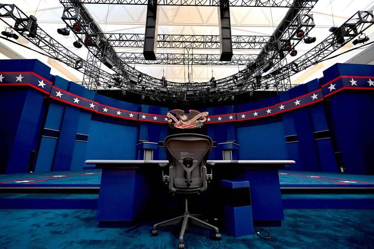 Palco do primeiro debate entre os candidatos à Presidência dos EUA, Donald Trump e Joe Biden, é montado na cidade de Cleveland, em Ohio