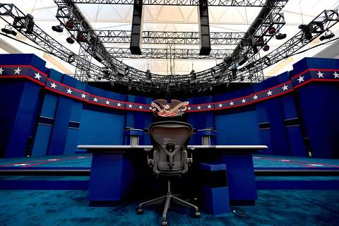 TOPSHOT - The seat of the Fox News moderator Chris Wallace is seen as preparations are going on at site of the first US Presidential debate is seen on September 28, in Cleveland, Ohio. - Tuesday's clash in Cleveland, Ohio, the first of three 90-minute debates, represents the first time voters will have the chance to see the candidates facing off against one another directly. (Photo by Eric BARADAT / AFP)