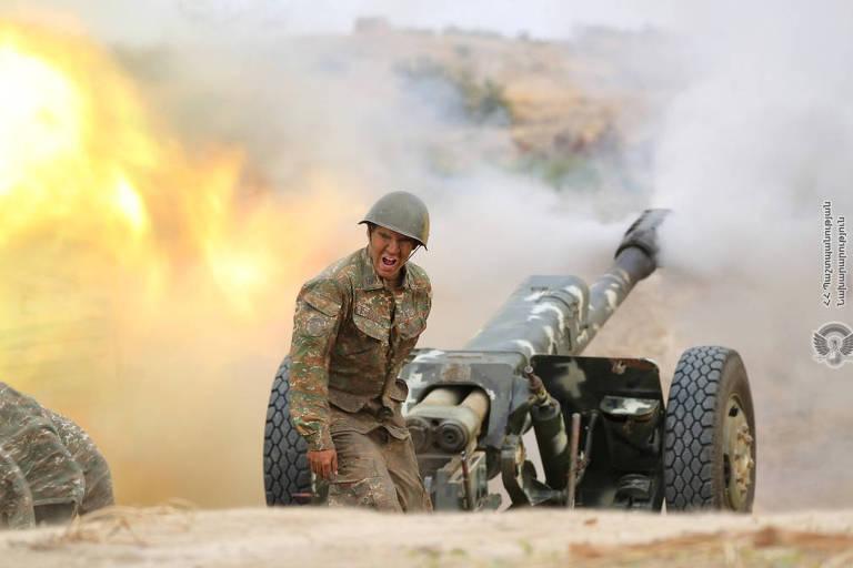 Um soldado armênio étnico de Nagorno-Karabakh atira contra posições azeris