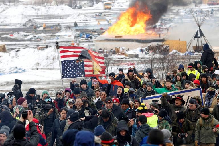 Manifestantes contrários ao oleoduto Dakota Access marcham próximo a Cannon Ball, na Dakota do Norte