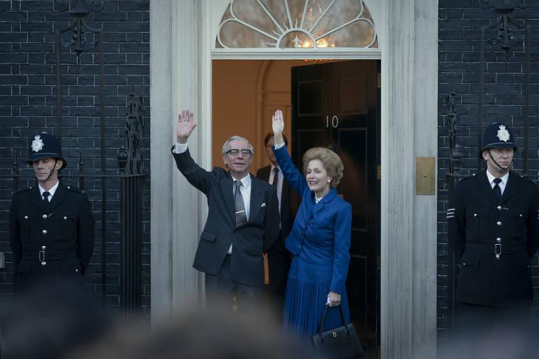 Stephen Boxer e Gillian Anderson como Dennis e Margaret Thatcher em 'The Crown'