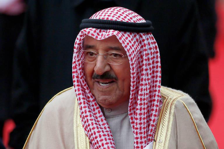 O emir do Kuwait, Sabah al-Ahmad al-Sabah, no aeroporto de Londres