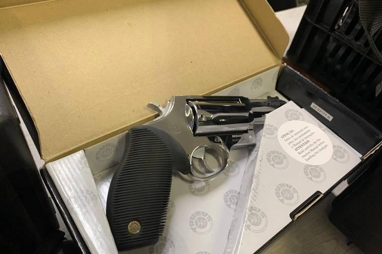Guarda é preso após ser flagrado transportando arsenal em porta-malas de esportivo de luxo