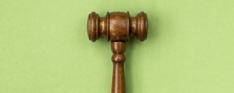 Produção fotográfica com martelo utilizado por juízes.