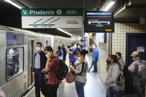 SANTOS, SP, BRASIL. 24.09.2020 - O metrô inaugurou em parte das estações da linha 2-verde painéis que mostram o tempo  de espera pelo próximo trem e a lotação em cada um dos vagões da composição. Assim, o passageiro fica sabendo quando o trem chegará e qual vagão estará mais vazio.  Plataforma da linha verde da estaçao Paraiso  (foto: Rubens Cavallari/Folhapress, COTIDIANO)