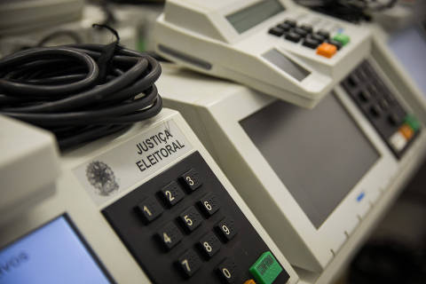 SAO PAULO/ SP, BRASIL,  14.09.2020.  Servidores da Justiça Eleitoral ajustando as urnas, e usando equipamento de proteção, na  1a Zona Eleitoral, da Bela Vista .- Coronavirus o COVID-19.  (Foto: Zanone Fraissat/Folhapress, PODER)***EXCLUSIVO****