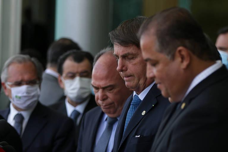 O presidente Jair Bolsonaro, acompanhado dos ministros Paulo Guedes (Economia), Luiz Eduardo Ramos (Secretaria de Governo) e de vários líderes partidários, durante anúncio à imprensa para falar sobre o acordo para a criação do programa Renda Cidadã