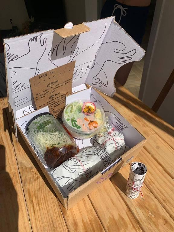 O menu da Man'chi é entregue em uma caixa ilustrada pela cozinheira Luísa Alves Condé