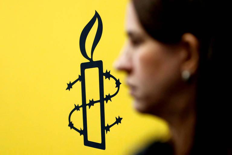 Logo da Anistia Internacional durante entrevista coletiva em Caracas, na Venezuela