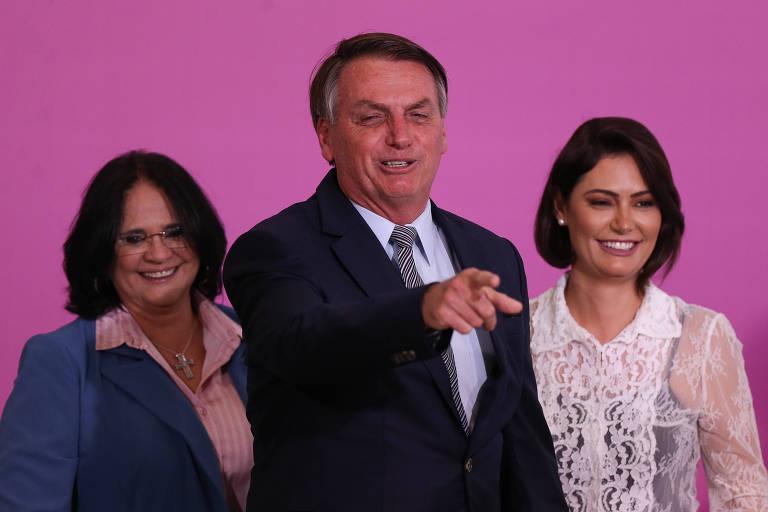 O presidente Jair Bolsonaro, com a primeira-dama Michelle e a ministra Damares Alves