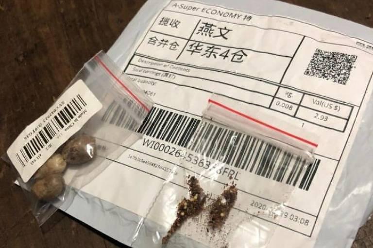 Aparece um pacote grande com inscrições em chinês e dois pacotes menores, transparentes, em que se pode observar sementes em seu interior