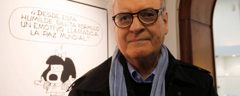 FILE PHOTO: Argentine cartoonist Joaquin Lavado, also known by his pen name Quino, poses in front of an image of his most famous comic character Mafalda during the opening ceremony of the exhibition of his works at the Museo del Humor in Buenos Aires June 14, 2014.   REUTERS/Enrique Marcarian/File Photo ORG XMIT: FW1