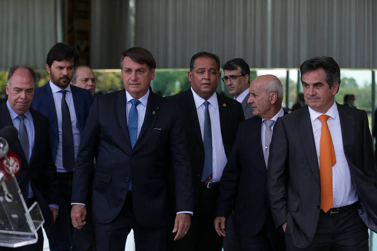 Bolsonaro e Ciro Nogueira (gravata laranja) ao anunciar o programa Renda Cidadã
