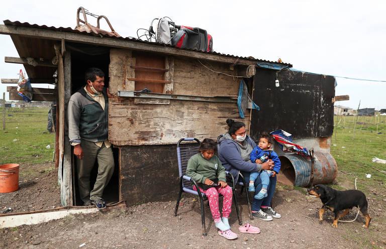 Rolando Galeano, 44, junto com a família, em área ocupada