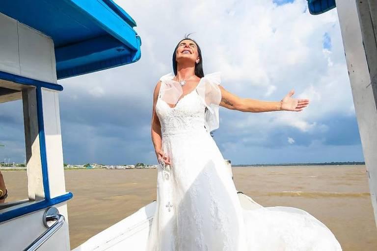 Gretchen se casou em Belém (PA) e posa em barco