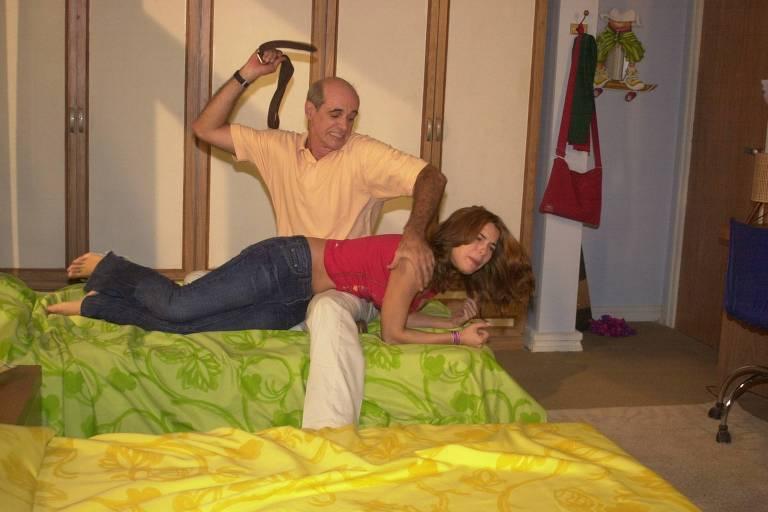 Doris (Regiane Alves) leva uma surra de cinto de seu pai, Carlão (Marcos Caruso)