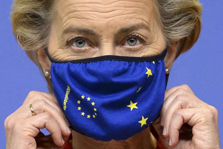 A presidente da Comissão Europeia, Ursula von der Leyen, com máscara com os símbolos da bandeira do bloco europeu, em Bruxelas