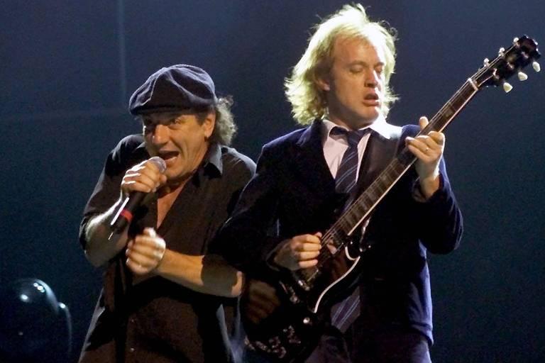 Homens em palco