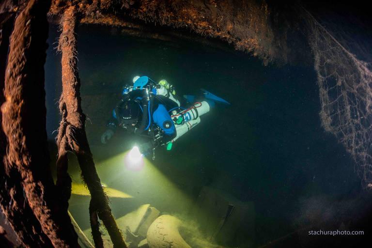 """Um mergulhador verifica os destroços de um navio alemão da Segunda Guerra Mundial """"Karlsruhe"""" durante uma operação de busca no mar Báltico em junho de 2020"""