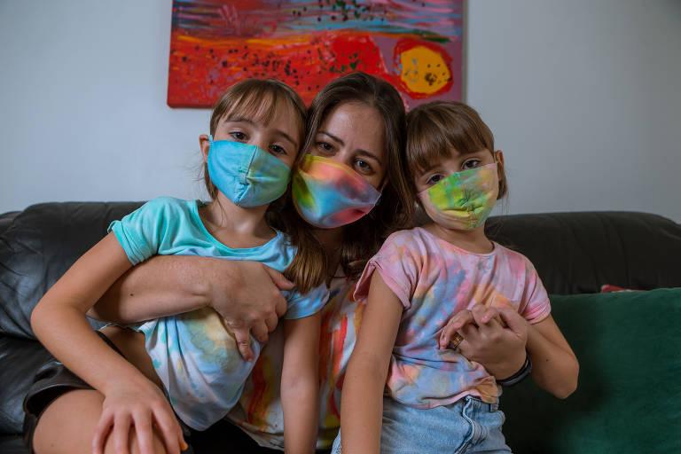 Ana Beatriz Chacur, 36, decidiu reciclar algumas peças de roupa que estavam esquecidas no guarda-roupa e se aventurou na onda do tie dye com a ajuda das filhas.