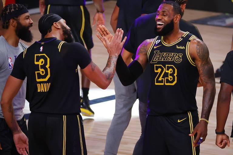 Lakers vestem camisa de Kobe e jogam para honrar sua memória