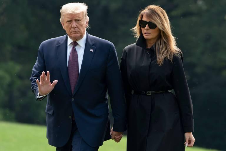 Donald Trump e a primeira-dama dos EUA, Melania Trump, retornam à Casa Branca, em Washington