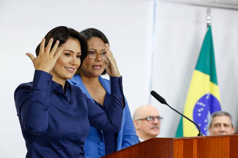 Michelle Bolsonaro se comunica a partir de libras
