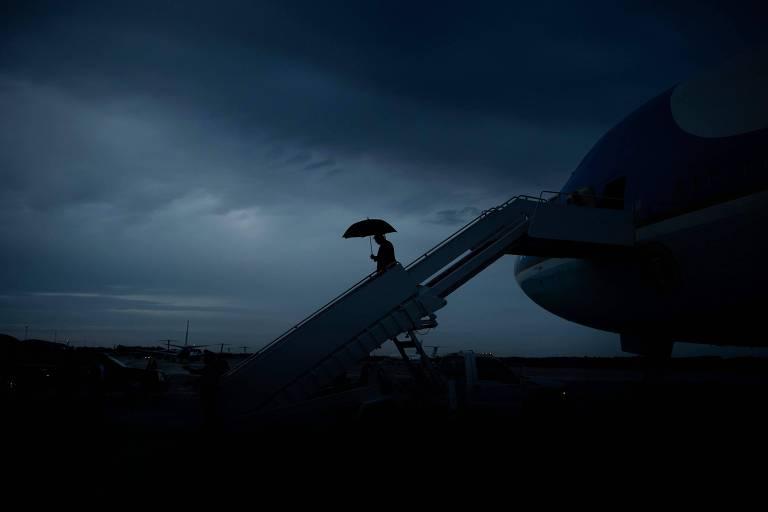 O presidente dos EUA, Donald Trump, desembarca do avião presidencial em base aérea em Maryland