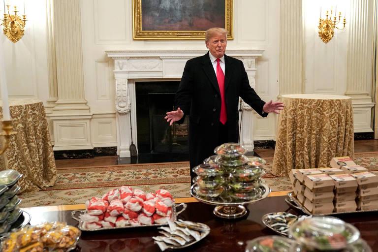 O presidente Donald Trump em frente a mesa com fast food oferecido a atletas de time de futebol americano universitário na Casa Branca