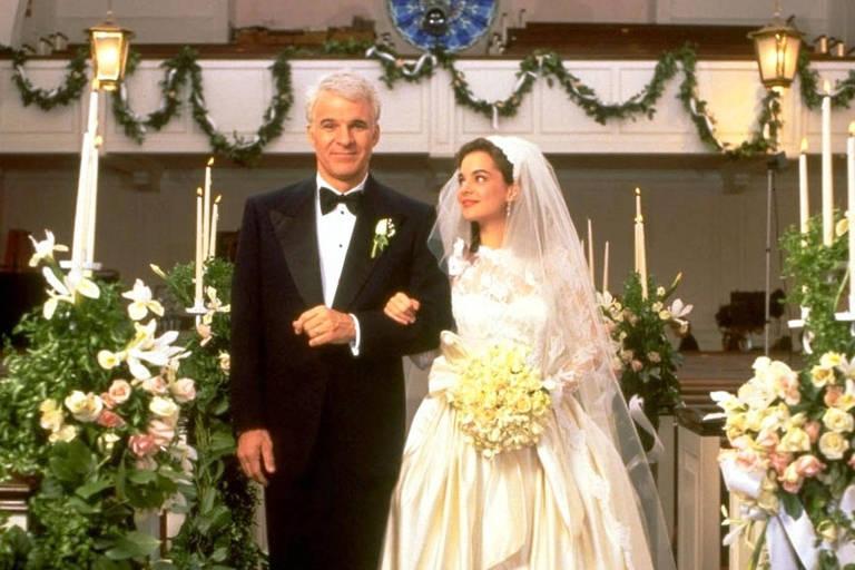 Homem entra com noiva em igreja
