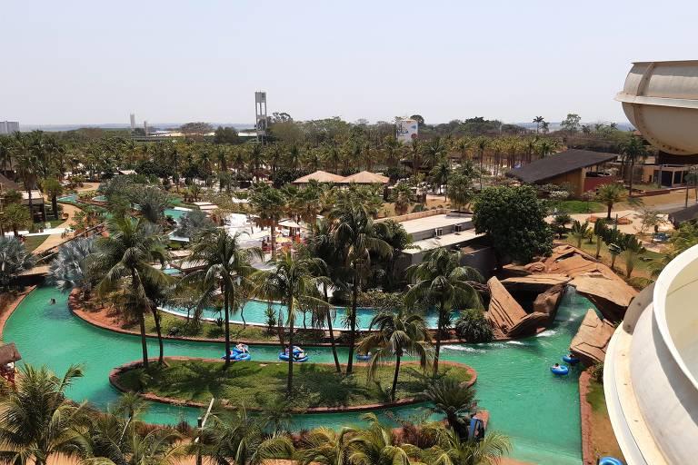 coqueiros ao lado de piscina que imita um rio lento