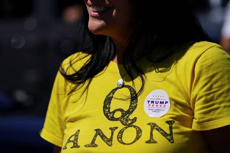 Apoiadora do presidente dos EUA, Donald Trump, usa camiseta da QAnon durante ato na Georgia