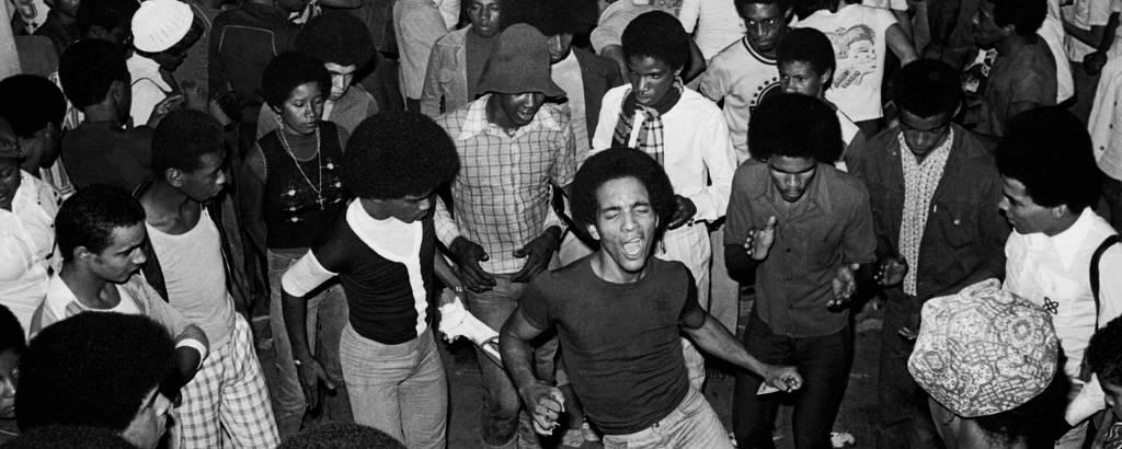pessoas dançando em baile