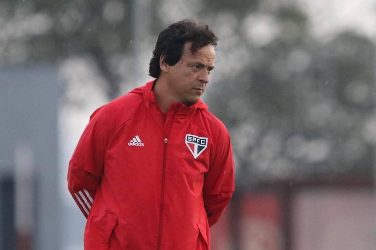 O técnico Fernando Diniz segue pressionado à frente do São Paulo