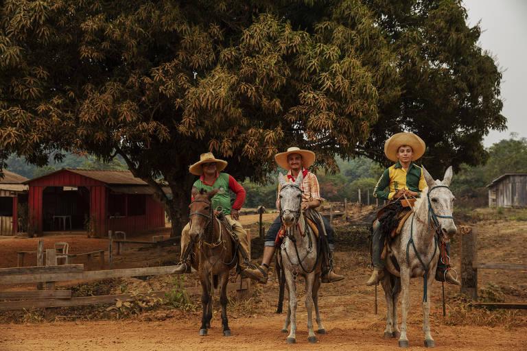 Vaqueiros posam para foto na rodovia Transamazônica, na zona rural de Apuí, no sul do Amazonas
