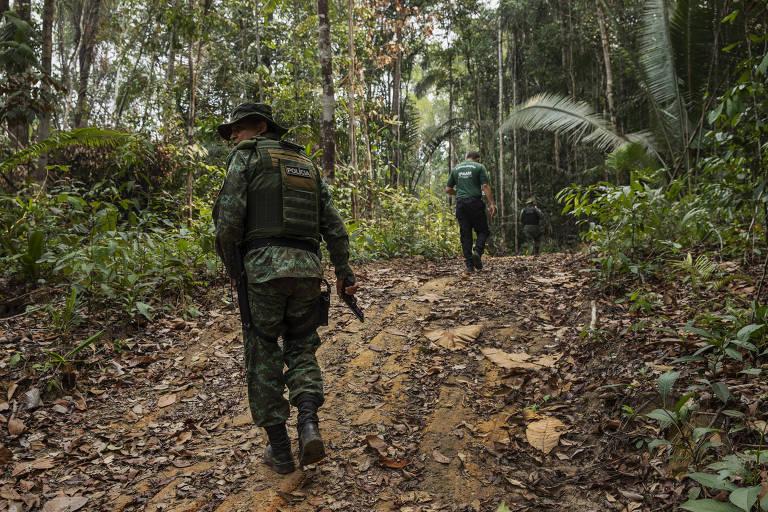 Fiscal com uniforme camuflado e chapéu anda por trilha em meio à mata para vistoriar desmatamento no Amazonas