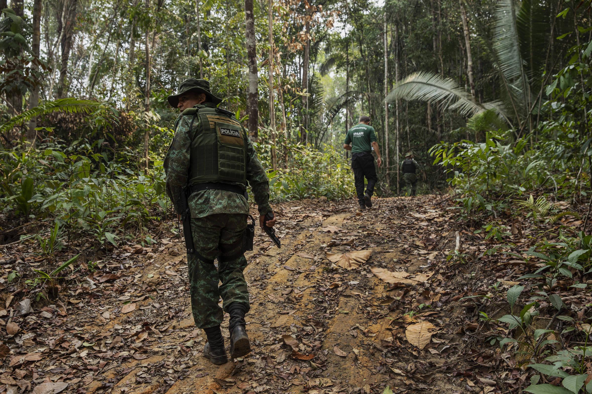 Fiscais do Ipaam e policiais militares em inspeção de desmatamento em Apuí, no sul do Amazonas