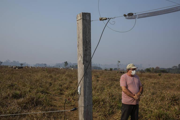 O fazendeiro Paulo Lopez em sua fazenda ao lado da rodovia Transamazônica, na zona rural de Apuí