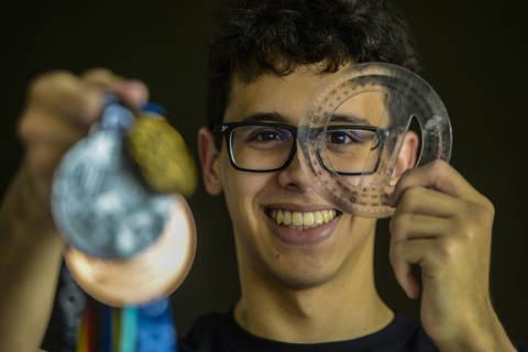 RECIFE/PE - 02/10//2020 - Pedro Gomes Cabral, 18, com os pais e sua colecao de medalhas, no Recife. Ouro internacional na matematica, ele estudava ate 11h por dia no Ceara; Olimpiada, que seria na Russia, ocorreu de maneira remota por causa da pandemia  (FOTO: Léo Caldas/Folhapress) *** EXCLUSIVO FOLHA ***