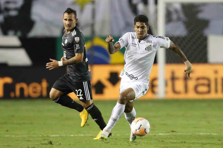 Raniel (de branco) durante jogo do Santos pela Libertadores