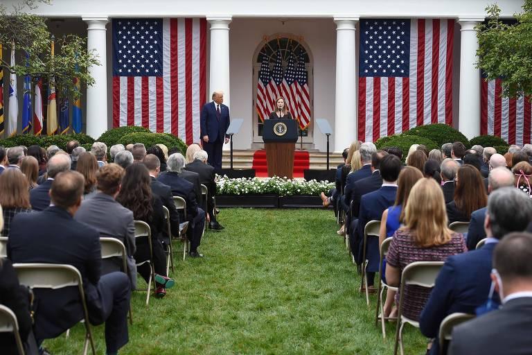 O presidente Donald Trump, nos jardins da Casa Branca, anuncia a indicação da juíza Amy Coney Barrett para a Suprema Corte