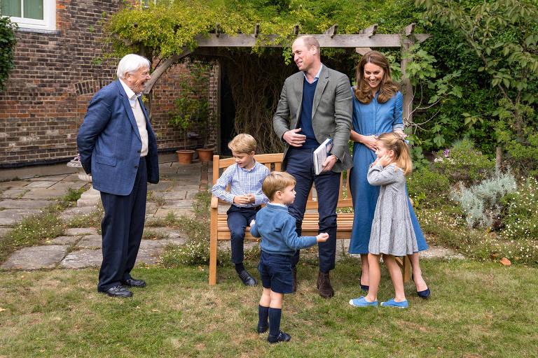 Príncipe William e Kate Middleton com filhos e Sir David Attenborough