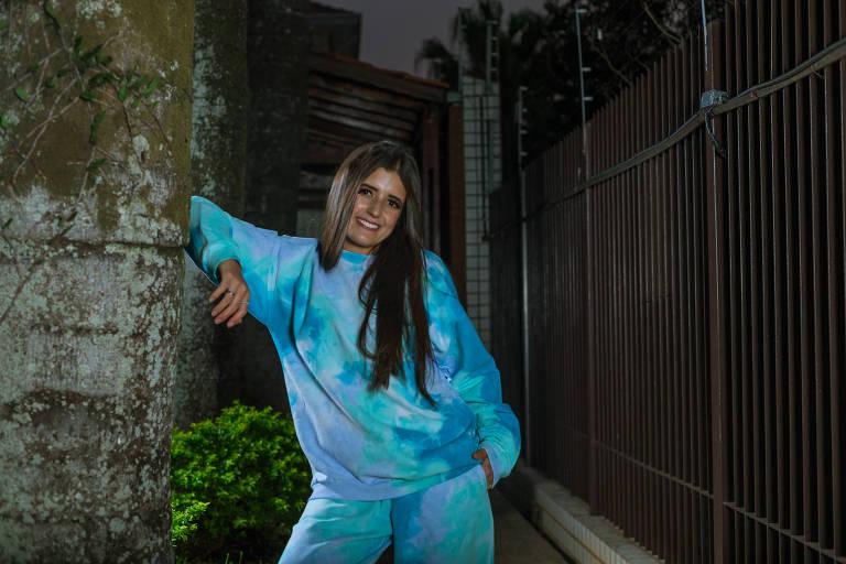Letícia Castro, 22, é recém formada em fashion designer pela Faculdade Belas Artes, e viu o momento oportuno para criar sua própria coleção de roupas tie dye, como um ponta pé para sua carreira de estilista.