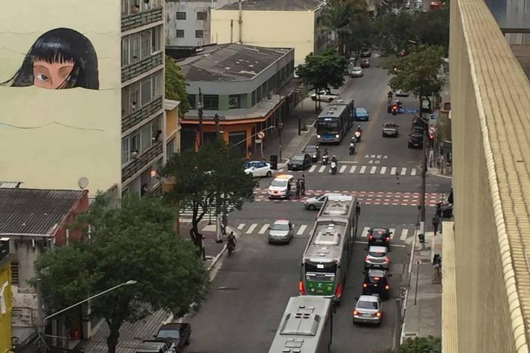 Carro da PM na avenida Duque de Caxias, na região central de SP,  na tarde deste sábado (3)